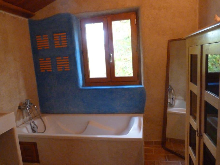 la salle de bain aux couleurs naturelles et reposantes