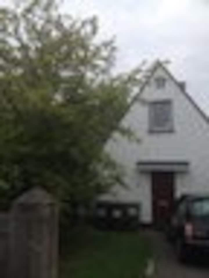 Entire 3 bedroom House with Garden & Parking
