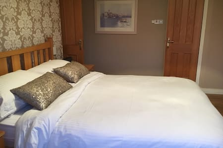 Carrigaline Meadow   King size bed with en-suite