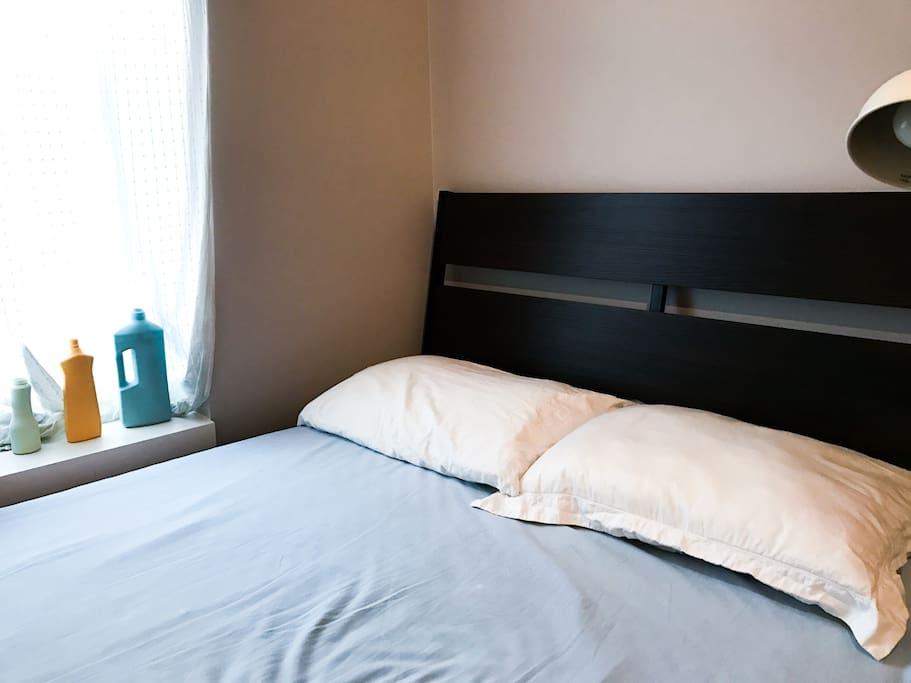 the bedroom (queen bed)