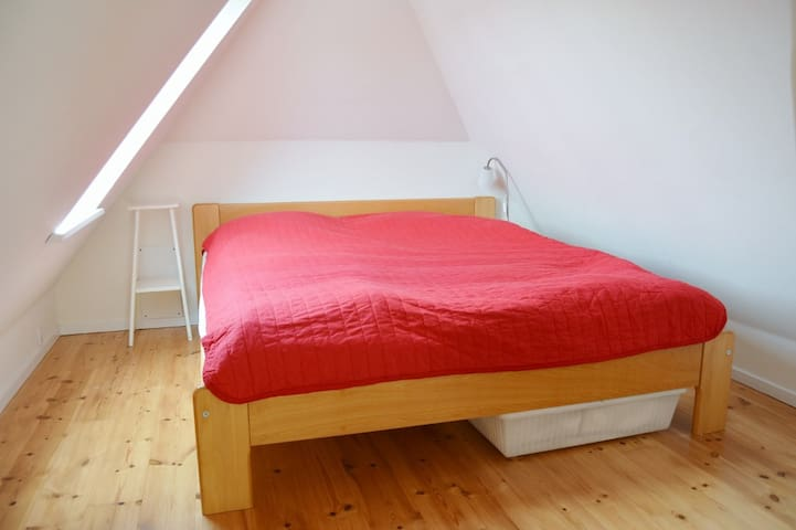 Nice room in the attic, with cheap bike rent - Valby - Rumah