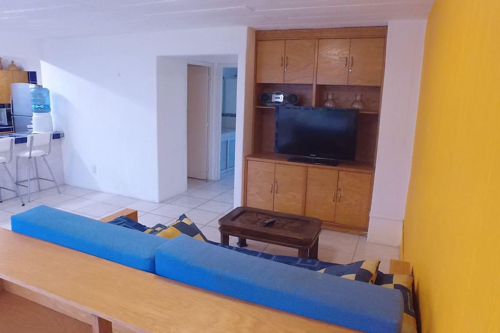 Sala, en esta area pueden dormir dos personas, la TV no cuenta con señal.