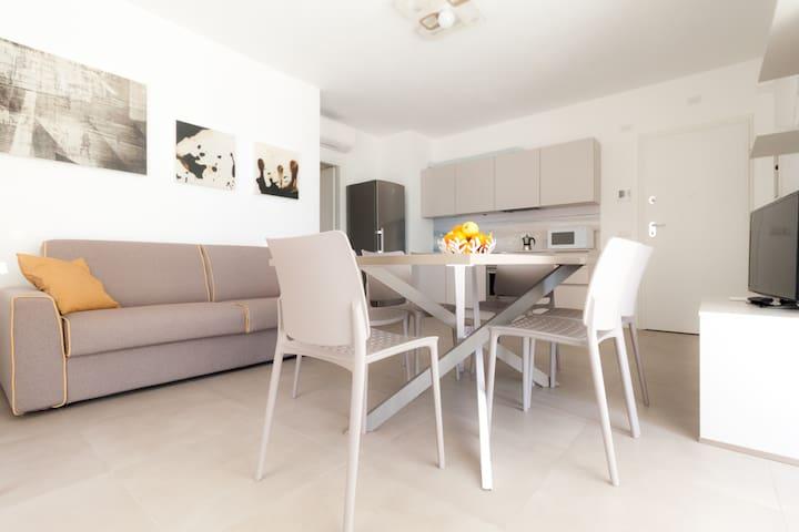 Zona giorno con divano letto matrimoniale/Living room with double sofa bed