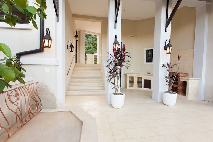 2 Br Apt Steps from Beaches and Tropical Trails