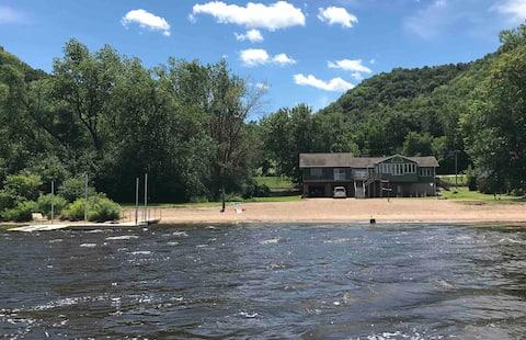 River's Edge Cottage - Right on Mississippi River