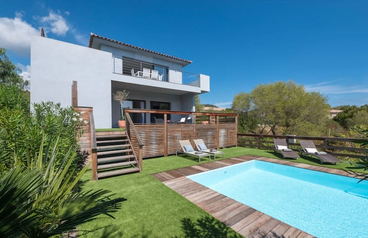 Great villa with sea view and swimming pool at 3 km from the beaches