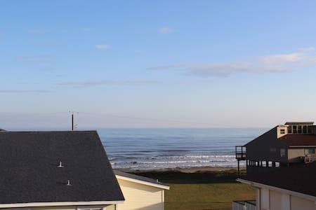 Steps to Beach Sleeps 8 Ocean Views - Hus