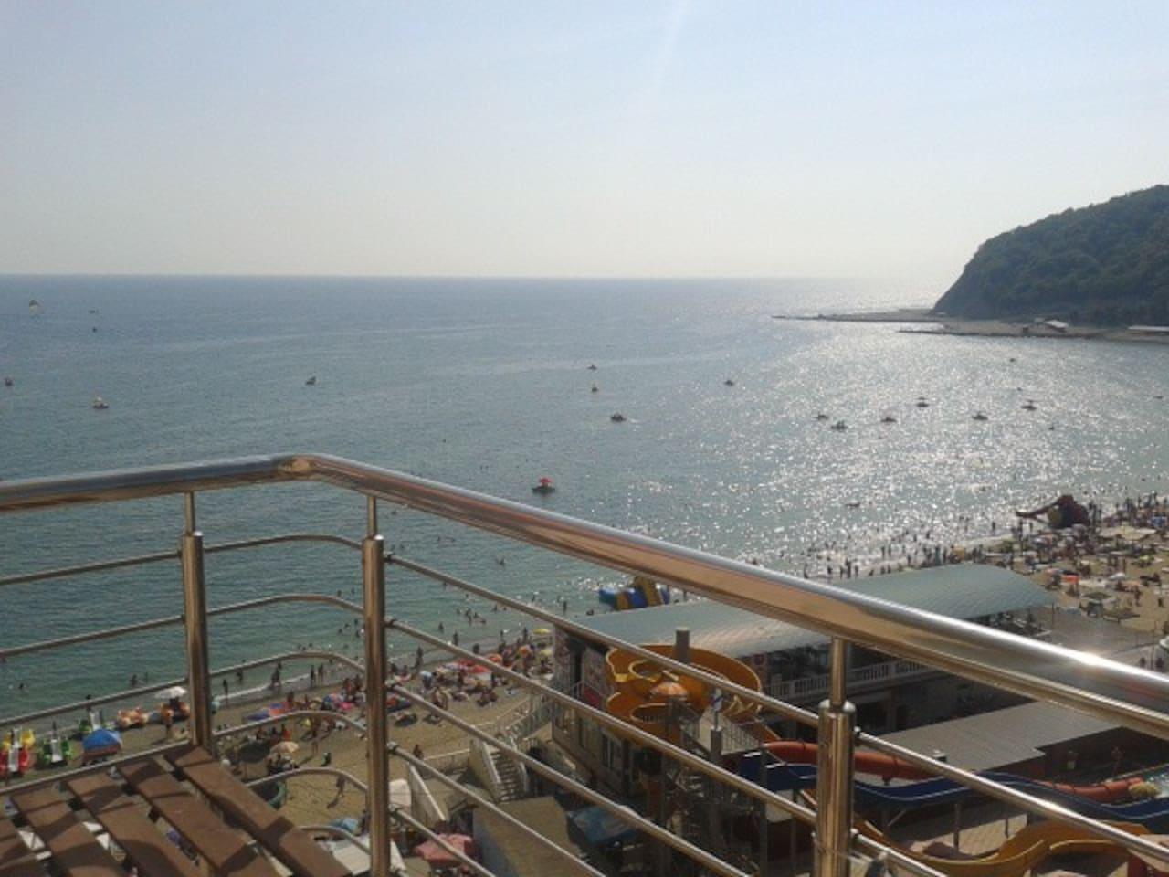 Вид с балкона на центральный пляж