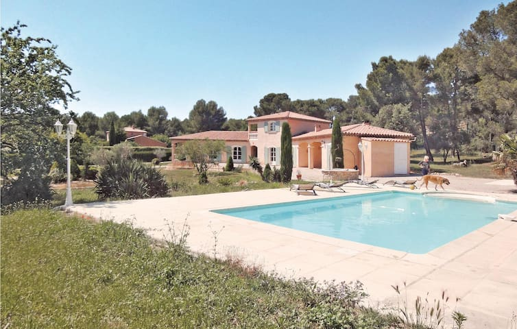 Holiday cottage with 3 bedrooms on 164 m² in Lambesc