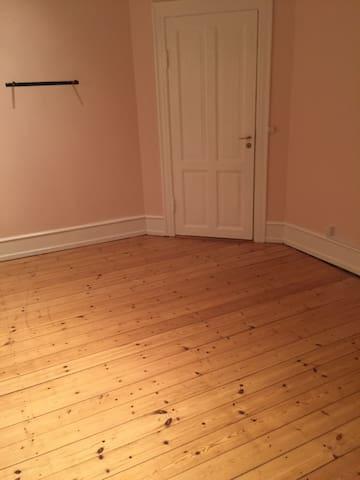 Privat værelse til 2 personer.   Billedet er uden madras, sovearrangementet ser du på de andre billeder. Her er rummet uden madras, hvis du eventuelt skal lave yoga.  Her sover du/I på en Sleepy Triple Lux foldemadras med memory skum.