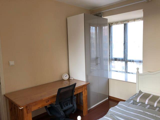 次卧宜家现代风格多功能衣柜和北飘窗(喝下午茶阅读极佳,俯瞰小区中央绿化)