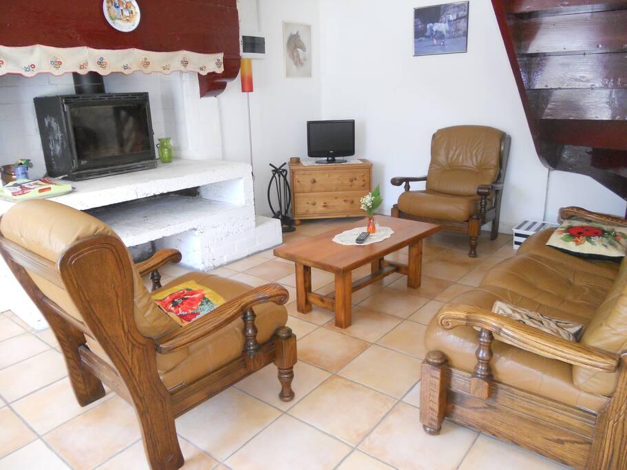 Pièce de vie - coté salon avec cheminée