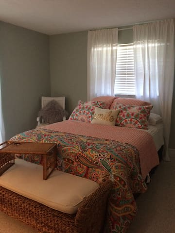BEAUTIFUL 3 BEDROOM POOL HOME!  APRIL SPECIAL $189