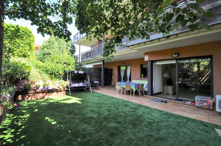 Apartment near the beach with garden-terrace, parking, air conditioning/heating, wifi, 2 communal swimming pools