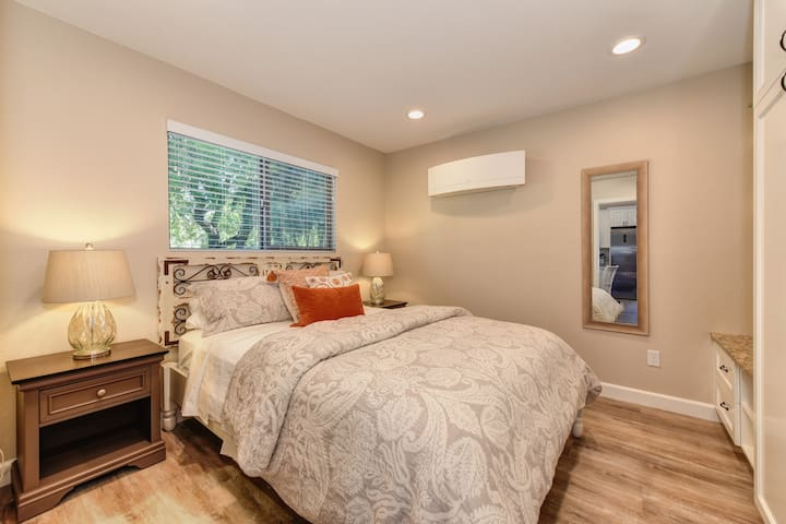 Relaxing bedroom with plenty of storage and luxury hotel-style, hypoallergenic linens. Mattress is a brand new, top-quality Simmons Beauty Rest Hospitality/ hotel mattress, Queen sized