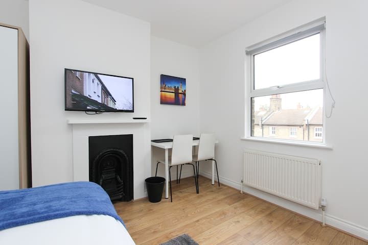 Double Room In Refurbished House in NW London HC