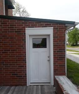 Comfortable Joplin studio apt, excellent location!