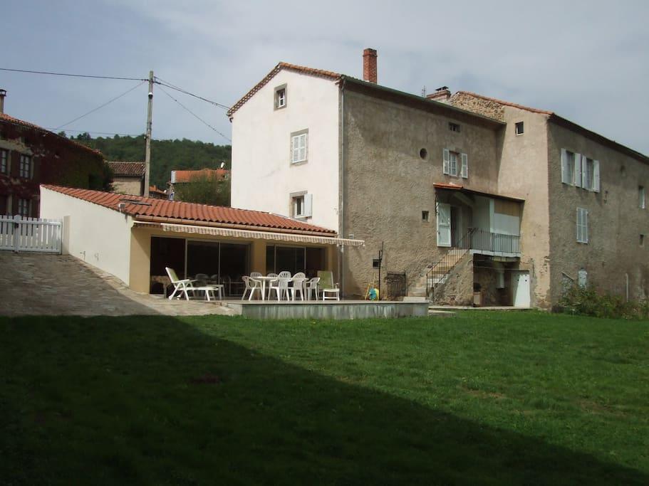 Vue de la maison et de la salle à manger d'été donnant sur parc privé de 1200 m2