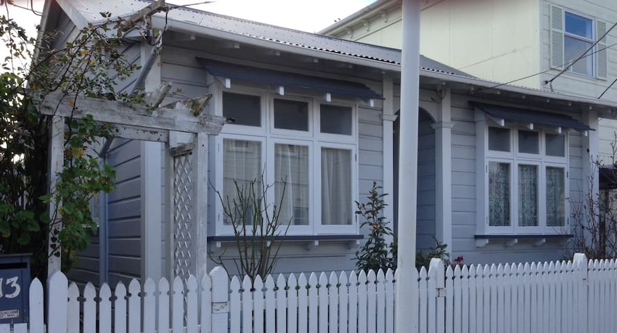 Room in charming cottage in the heart of Newtown - Wellington