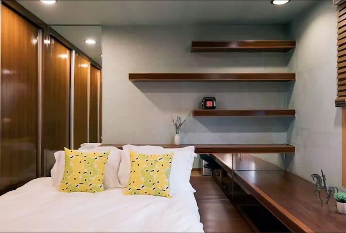 Simple and cozy bedroom at 1st floor 简单舒适的房间 @ Hongdae 弘大