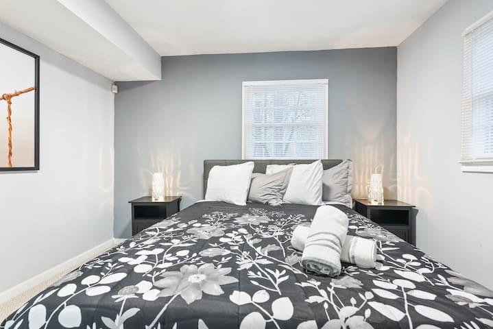 Guest bedroom on lower level, Queen Bed