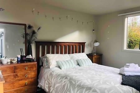 Private Studio, Queen bed,Seperate bathroom + wifi
