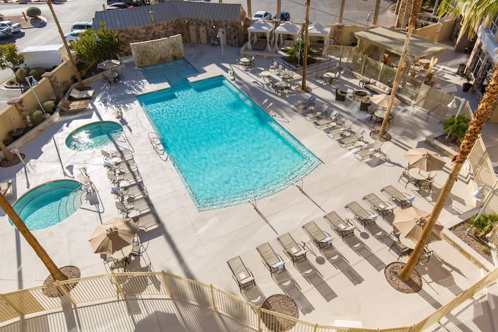 RENOVATED Vegas Suite with FREE Shuttle + Breakfast! Access to Pool