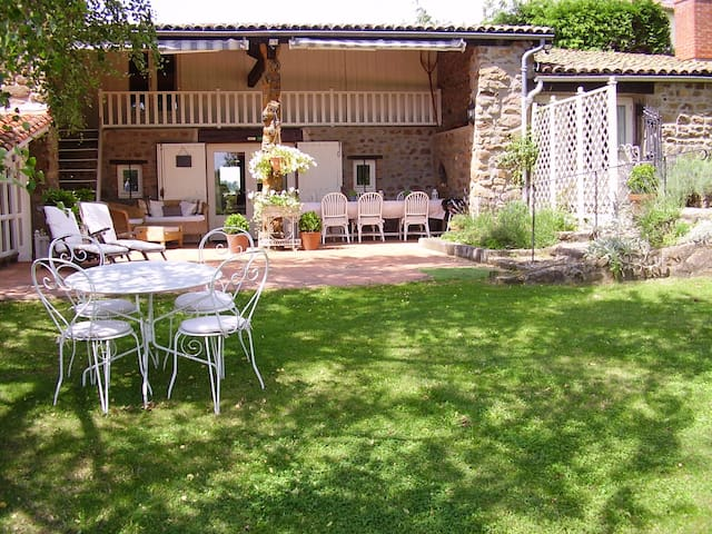 stylish rural gite with fabulous views - Vernet-la-Varenne - Huis