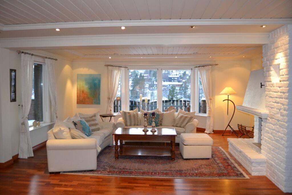 Stue med sofa og peis
