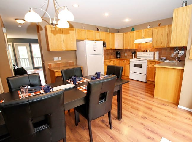 3 bedroom & Den Town-home Downtown Invermere