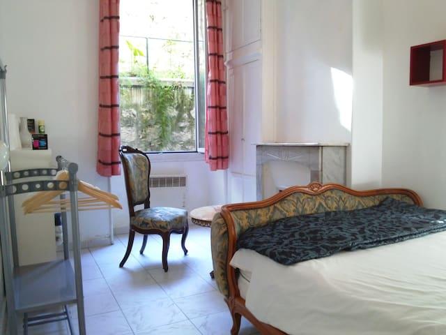 Chambre de charme appartements louer nice provence for Chambre de charme provence
