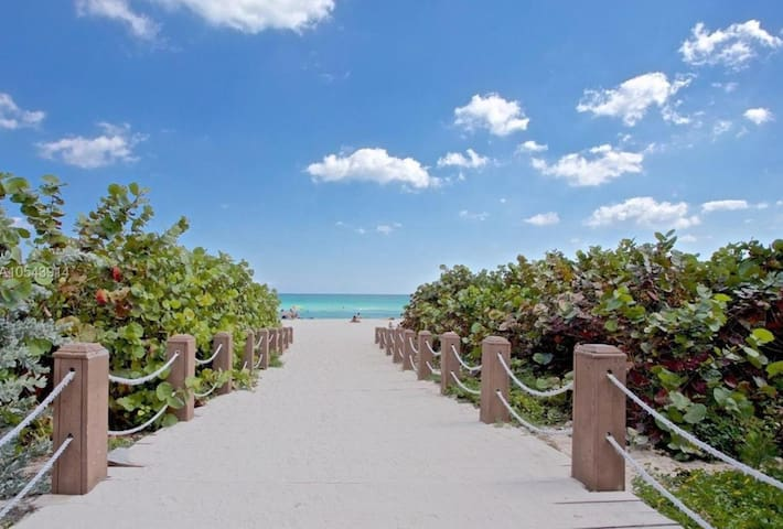 AMAZING BEACH GETAWAY ! RIGHT ON THE MIAMI BEACH
