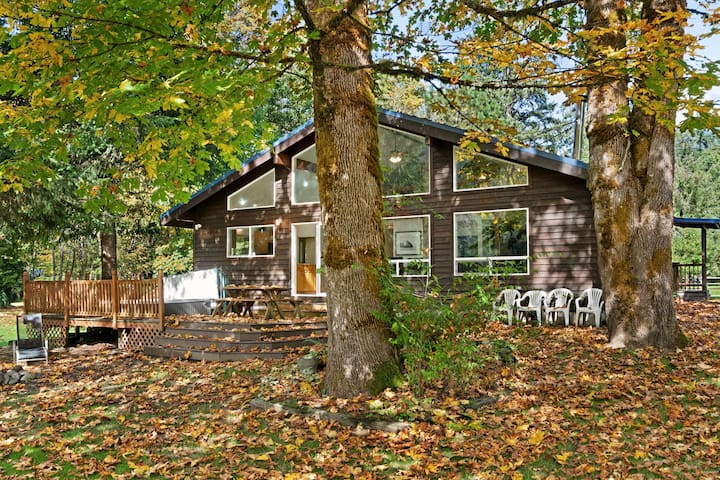 Dog-friendly riverfront cabin w/ room for everyone!