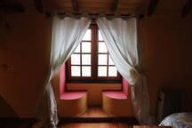 Ventana típica canaria, con asientos, en el dormitorio principal