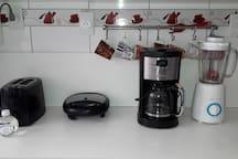 Torradeira + microondas + tostadeira + cafeteira + liquidificador tudo num espaçoso balcão para seu café