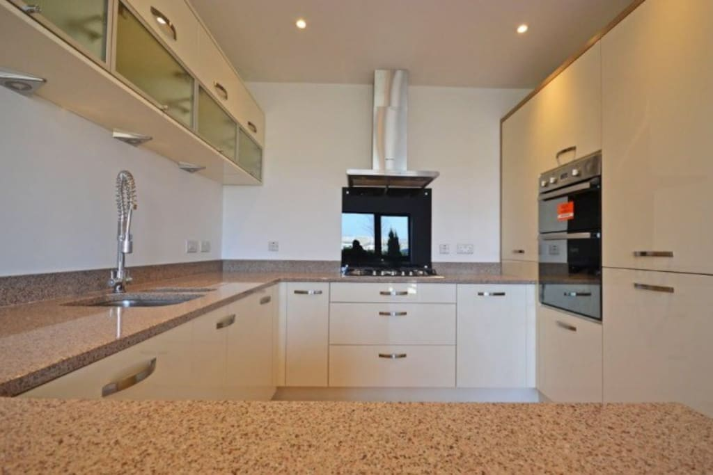Kitchen (oven/grill, integrated fridge freezer, dishwasher, microwave, toaster & kettle)