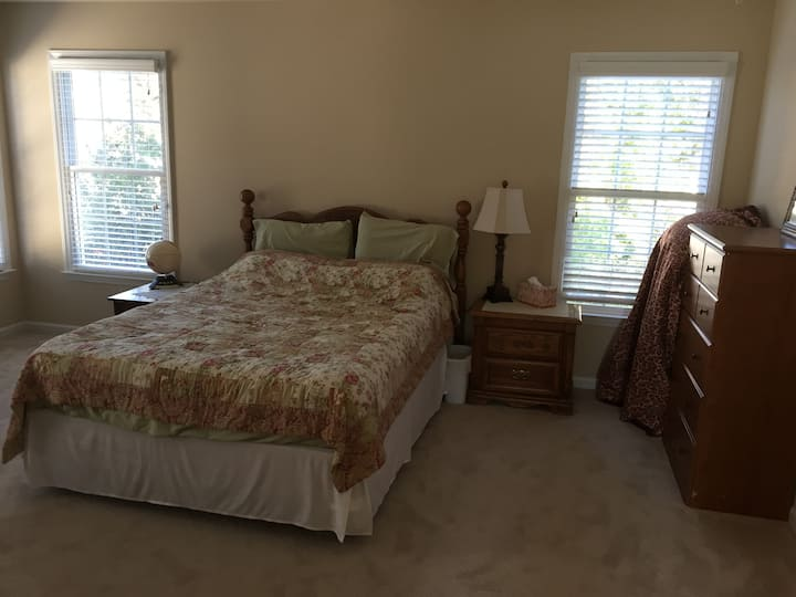 Spacious guest room close to Raleigh area.