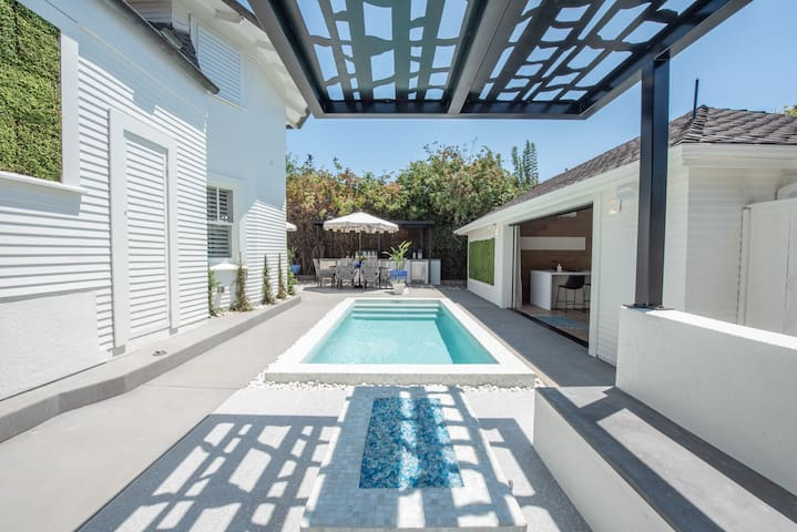Private San Diego Oasis-Heated Pool, BBQ and more