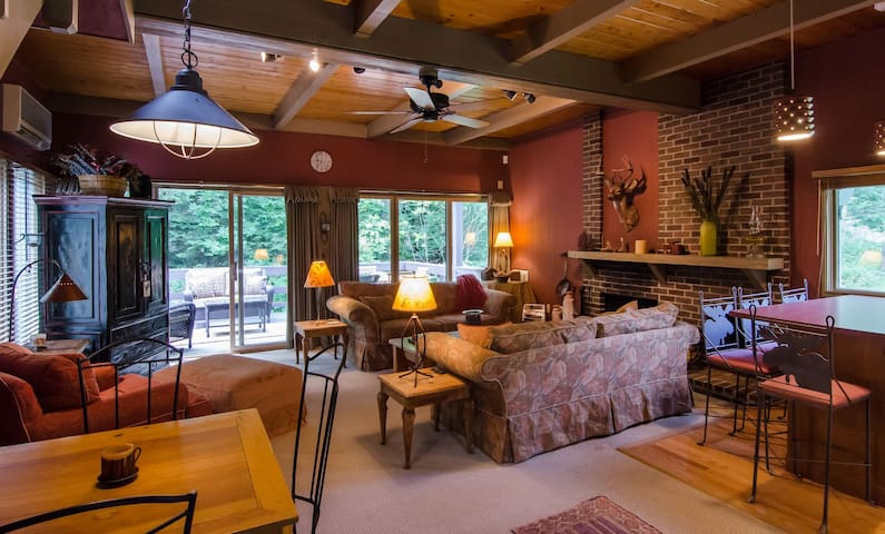 2 Bedroom Rustic Vermont Lodge - Great Ski Location & Full A/C for summer fun!