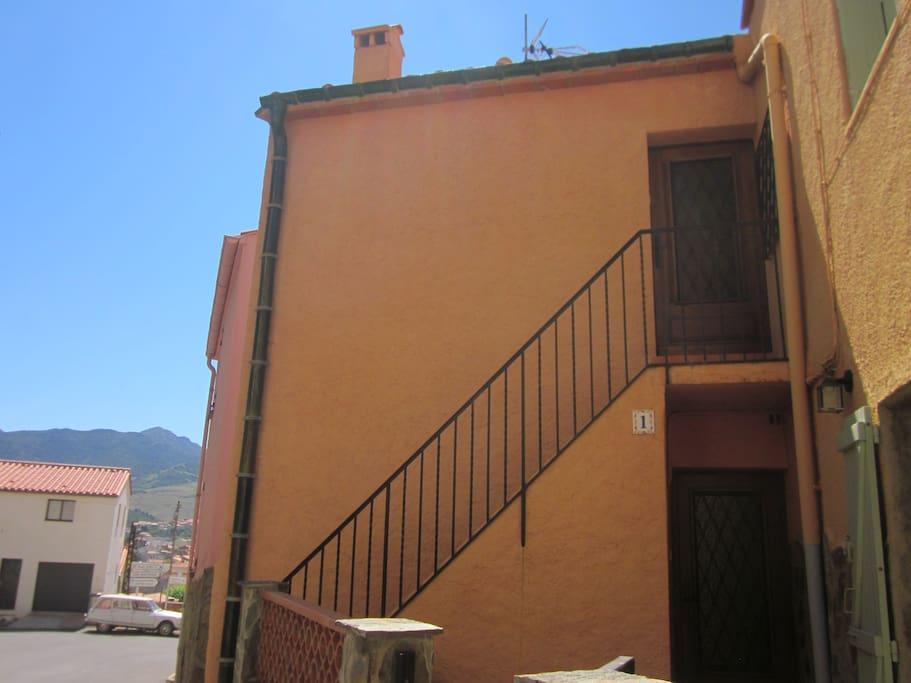 L appartement est au 1er étage, par une entrée indépendante
