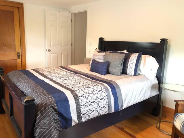Bedroom 1 - queen bed & walk-in closet