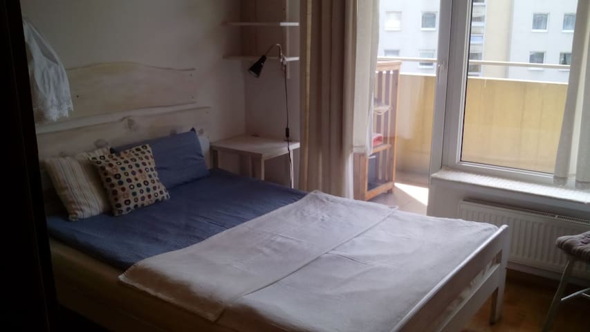 Sypialnia z balkonem na zamkniętym osiedlu