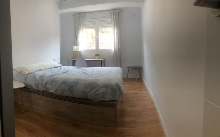 Luminous double room 15 minutes from cathedral