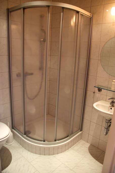 #3: Bad mit Dusche / bathroom with shower