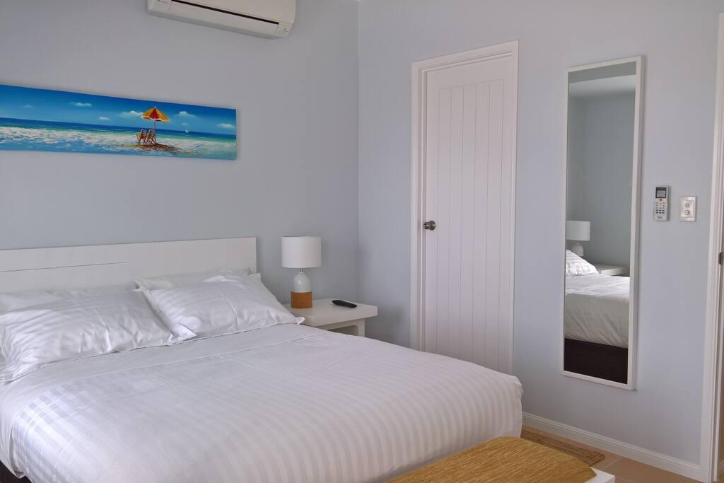 Apt 5 Queen Bedroom