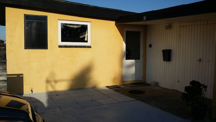 Sundt stenhus, solpanel, filter, og opvarmet luft.