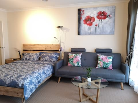 Cozy and Private Unit*2* in Point Cook