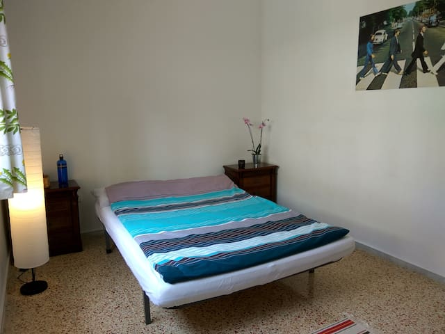 private room, local transport, quite, in good area - Sant Boi de Llobregat - Apartment
