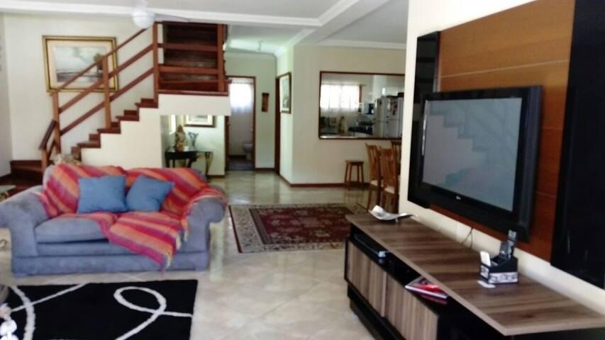 Sala de estar com TV de led grande.