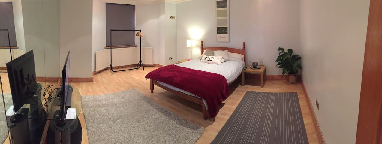 Huge Double Room + Wifi & Own Bath - Close To City - South Croydon